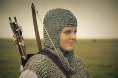 De gestemde vrouw van bogen/middeleeuws pantser/retro spleet stock foto's