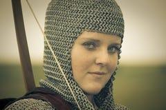 De gestemde vrouw van bogen/middeleeuws pantser/retro spleet stock fotografie