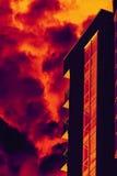 De gestileerde bouw met brandrook Royalty-vrije Stock Fotografie