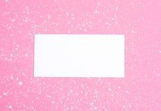 De gestileerde vrouwelijke vlakte legt op bleke pastelkleur roze achtergrond, hoogste mening De Desktop van de minimale vrouw met stock foto