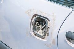 De gestolen of gebroken en ontbrekende dekking van de brandstoftank voor beschadigde autobenzine of diesel die levering van brand stock afbeelding