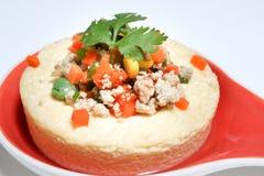 De gestoomde eieren met varkensvlees, tomaat, graan, en Groente in schotel op witte blackground Thaise naam is Kai thoon Het menu Royalty-vrije Stock Foto's