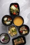 De gestoomde Groentensalade en soep van de broccoliroom met gestoomde kip, havermoutpap met frambozenbessen en pannekoeken voor o royalty-vrije stock foto