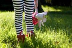 De gestreepte benen van het kind in een weide. Royalty-vrije Stock Foto
