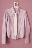 De gestreepte blouse is op hanger stock afbeelding