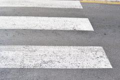 De gestreepte kruising op een weg, sluit omhoog royalty-vrije stock foto