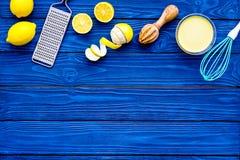 De gestremde melk van de kokcitroen De zoete room in kom, vruchten, keukengereirasp en zwaait op blauwe houten achtergrond hoogst royalty-vrije stock afbeeldingen
