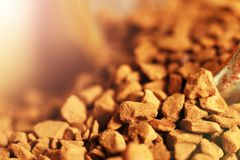 De gesublimeerde koffie goot van glaskruiken uit, macro Royalty-vrije Stock Foto
