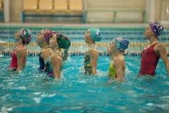De gesynchroniseerde het zwemmen presentatie, ademt diep Royalty-vrije Stock Afbeeldingen