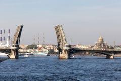 De getrokken Blagoveshchensky-Brug in de zomer in de stad van S Stock Afbeelding