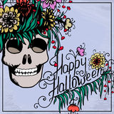 De getrokken kaart van Halloween hand met schedel in bloemen Stock Fotografie