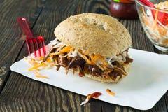 De getrokken sandwich van de varkensvleesbarbecue met cole slaw Stock Afbeeldingen