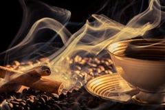 De geur van de kaneel van gebrouwen koffie Royalty-vrije Stock Foto