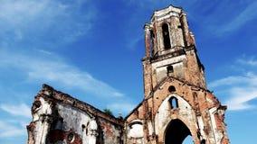 De gevallen kerk wordt verlaten met unieke architecturale eigenschappen stock foto