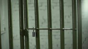 De gevangenisdeur sluit door het te duwen stock videobeelden