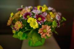 De gevarieerde kleuren komt in een rustieke bruids die regeling tot bloei tegen een donkere achtergrond wordt geplaatst Stock Afbeelding