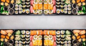 De gevarieerde Sushi plaatst assortiment in bentodozen op grijze steenachtergrond, hoogste mening Stock Fotografie
