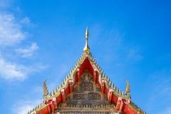De geveltop en het mooie tempeldak hebben een heldere hemelachtergrond stock fotografie