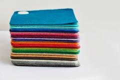 De gevoelde die kleuren van stoffenbladen omhoog in een stapel worden opgestapeld Royalty-vrije Stock Fotografie