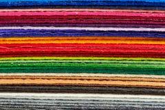 De gevoelde die kleuren van stoffenbladen omhoog in een stapel worden opgestapeld Royalty-vrije Stock Afbeelding