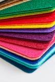 De gevoelde die kleuren van stoffenbladen omhoog in een stapel worden opgestapeld Stock Foto's