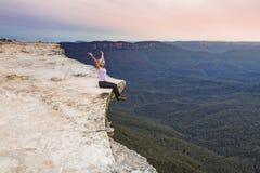 De gevoelsvrouw in bergenschemer leeft uw leven aan het hoogtepunt stock afbeeldingen
