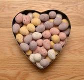 De gevormde kom van chocoladeeieren hart Royalty-vrije Stock Foto