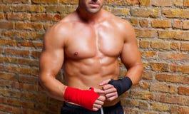 De gevormde mens van de spier bokser met vuistverband stock foto
