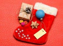 De gevormde zak van de Kerstmiskous sok Houd familietradities Het idee van kousstuffers Kerstman die met Kerstmisgift opslaan royalty-vrije stock foto