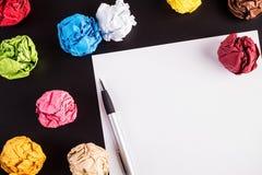 De gevouwen kleurendocumenten met Witboek en ballpen Royalty-vrije Stock Afbeelding