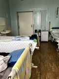 De gevulde bedden van patiënten en hun persoonlijke bezittingen gingen op de bedden weg en nightstands stock foto