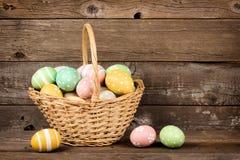 De gevulde eieren van Pasen mand over rustiek hout Stock Fotografie