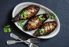De gevulde linzen roosterden aubergine - heerlijke gezonde vegetarische lunch, snack, voorgerecht op een donkere achtergrond stock afbeeldingen