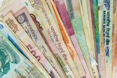 De gewaaide internationale close-up van geldrekeningen stock foto