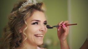 De gewichtloosheid puft de neus Professionele make-up voor vrouw met gezonde jonge gezichtshuid stock video