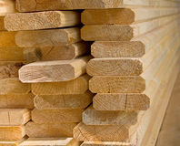 De gezaagde houten raad legde in een hoop. Stock Foto's