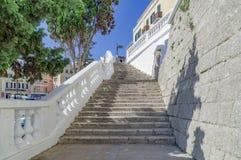 De gezellig ouderwetse straten van Mahon in Spanje stock afbeeldingen