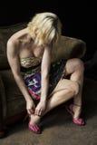 De gezette Vrouw van de Blonde past Haar Roze Schoenen aan royalty-vrije stock afbeelding