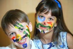 De gezichten van kinderenverven met kleuren Stock Foto