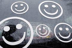 De gezichten van Smiley op auto in regen Royalty-vrije Stock Foto's