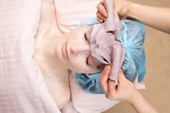 De gezichts verwijdering van het zeewiermasker in schoonheidssalon royalty-vrije stock foto's