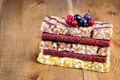 De gezonde de Barsstapel van Muesli van de Voedselsnack van Mueslies verspert Houten Achtergrondexemplaarruimte Stock Fotografie