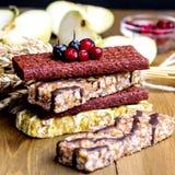 De gezonde de Barsstapel van Muesli van de Voedselsnack van Mueslies verspert Houten Vierkant Als achtergrond Stock Foto's