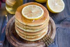 De gezonde citroen en chiazaadpannekoeken dienden met honing, horizontaal, exemplaarruimte Royalty-vrije Stock Foto's