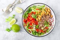 De gezonde en heerlijke kom met boekweit en salade van kikkererwt, verse peper en sla gaat weg Dieet evenwichtige op installatie- royalty-vrije stock foto's