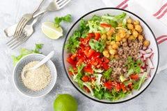 De gezonde en heerlijke kom met boekweit en salade van kikkererwt, verse peper en sla gaat weg Dieet evenwichtige op installatie- royalty-vrije stock fotografie