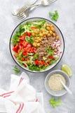 De gezonde en heerlijke kom met boekweit en salade van kikkererwt, verse peper en sla gaat weg Dieet evenwichtige op installatie- stock foto's