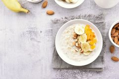 De gezonde havermoutpap van de ontbijthaver met banaanplakken Royalty-vrije Stock Foto
