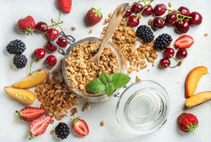 De gezonde Ingrediënten van het Ontbijt Havergranola in kruik diende met plakken van perzik, aardbei, zoete kersen en Royalty-vrije Stock Foto