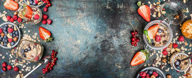 De gezonde Ingrediënten van het Ontbijt Kruiken met muesli, noten en bessen Ontbijt met diverse graangewassenmuesli, havervlokken royalty-vrije stock afbeeldingen